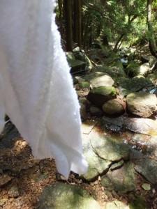 冷たい水で濡らしたタオル(二木島峠逢神坂峠道)