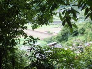 新鹿登り口(二木島峠逢神坂峠道)の先から望むJR紀勢本線