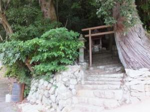 湊川橋を向いた庚申塔
