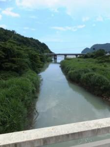 湊川橋から望む湊川の下流側、その先は新鹿湾