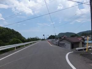 「熊野街道 新宮まで 34km」の道標の先の逆ト字路