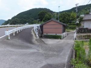 「波田須・大吹峠、逢神坂峠」の道標付近の分岐、国道311号から路地へ