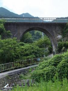 「波田須・大吹峠、逢神坂峠」の道標付近の路地から望むJR紀勢本線
