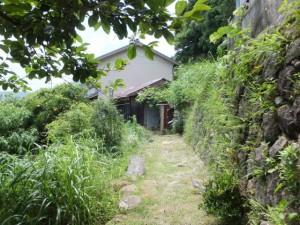西行松の説明板から波田須神社へ