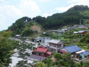 西行松の説明板から波田須神社へ向かう途中から望む家並み