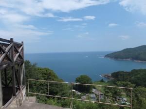 徐福茶屋付近から望む徐福の宮と熊野灘