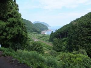 眼下に望むJR紀勢本線と熊野灘(波田須付近)