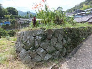 「熊野古道 観音道」、「熊野古道 大吹峠」などの道標付近の石垣