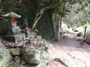 「国史跡 熊野参詣道伊勢路 大吹峠道」の標石付近
