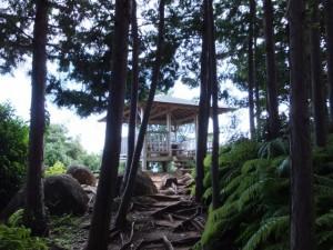 東屋(松本峠から鬼ヶ城 城跡への途中)