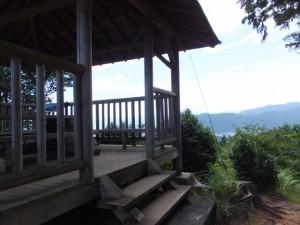 松本峠から鬼ヶ城 城跡へ向かう途中の東屋