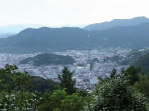 松本峠から鬼ヶ城 城跡へ向かう途中の東屋から望む熊野市街