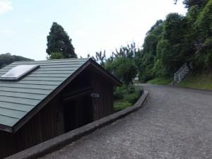 松本峠の説明板付近の公衆トイレ