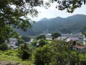 三重県立木本高等学校を右方向に見ながら(松本峠から木本登り口へ)