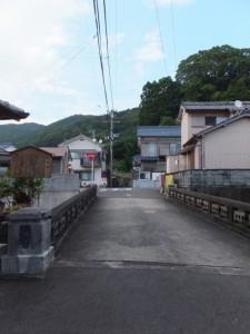 笛吹橋(西郷川)よりを望む松本峠 木本登り口方向