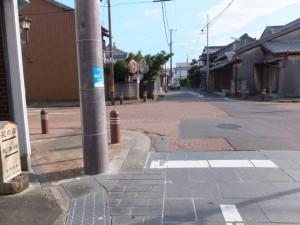 熊野古道からJR熊野市駅(右側)への交差点