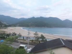 JR紀勢本線から望む新鹿海水浴場