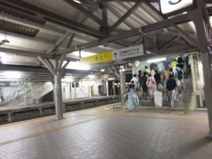 宮川花火大会見物帰りの乗客(JR参宮線 伊勢市駅)