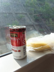 二回目の朝食(缶コーヒーとバナナ)