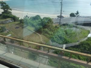 新鹿海水浴場、「波田須・大吹峠、逢神坂峠」の道標付近にあるJR紀勢本線のアーチ橋上からの風景