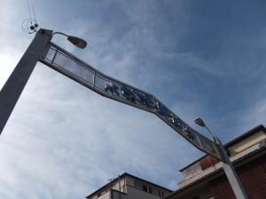 JR紀勢本線 熊野市駅前のゲート「ようこそ熊野へ」