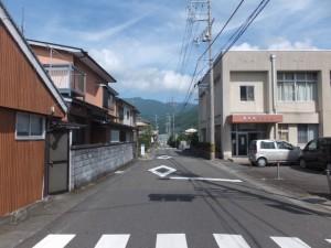 「有井駅・産田神社、花の窟神社」の道標付近から望む有井駅方向