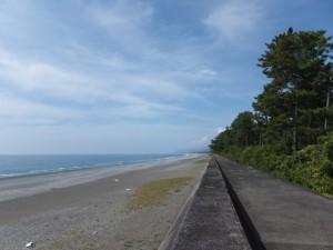 七里御浜の防波堤(立石付近)から遠望する新宮方向