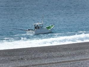 七里御浜の防波堤から望む漁船