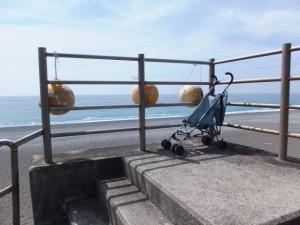 七里御浜の防波堤階段に固定されたベビーカー