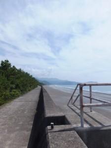 七里御浜の防波堤から遠望する獅子岩方向