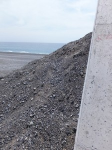 七里御浜、途切れた防波堤(志原橋側)、階段の代わりの土盛り