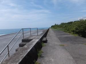 七里御浜の防波堤を志原橋方向へ