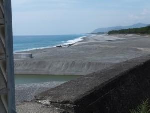 七里御浜の防波堤から望む志原川河口