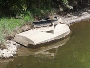 志原川の川岸に打ち寄せられた小舟
