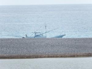 志原橋から望む国道42号 新志原橋の先に見えた漁船