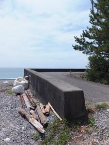 七里御浜の防波堤(神志山付近)