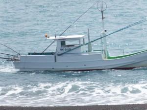 七里御浜の防波堤(神志山付近)から望む漁船