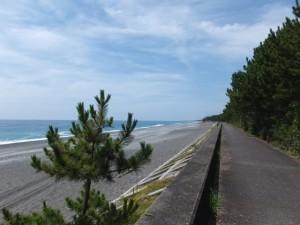 七里御浜の防波堤(神志山付近から国道42号 新緑橋北交差点へ)