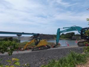 市木川、河川災害復旧工事の現場に置かれた重機の間から望む緑橋