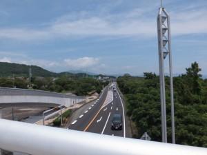 黒潮橋(歩道橋)から望む国道42号