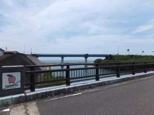 阿田和橋から望む尾呂志川の下流側、国道42号 阿田和橋