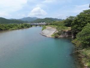 阿田和橋から望む尾呂志川の上流側