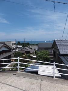 JR紀勢本線 馬場地踏切から見松寺方向への坂道から望む熊野灘