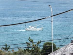 JR紀勢本線 馬場地踏切から見松寺方向への坂道から望む漁船