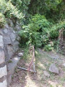 狼煙場跡(紀宝町井田字大石)の説明板の前にあるモノレール