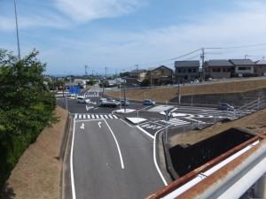 国道42号バイパスに架かる橋から望む上野(うわの)交差点