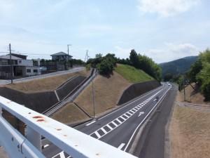 国道42号バイパスに架かる橋から望む熊野古道とバイパス