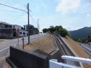 国道42号バイパスに架かる橋から望む熊野古道