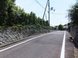 「熊野街道」の道標から上りの坂道