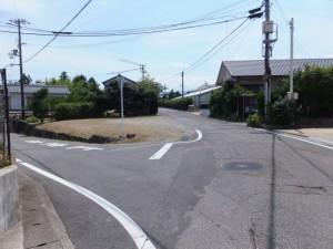 「熊野街道」の道標から上りの坂道の先のY字路(直進、右方向)